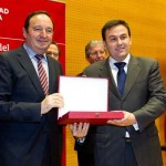Iñaki Eguizábal receives the award from Pedro Sanz