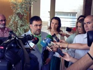 Iñaki Eguizábal atiende a los medios ante la atenta mirada de Cuca Gamarra, alcaldesa de Logroño.